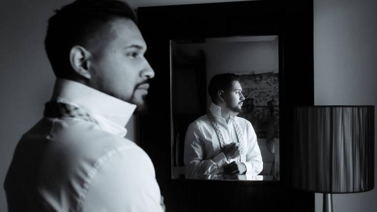 Un barbat in fata oglinzii
